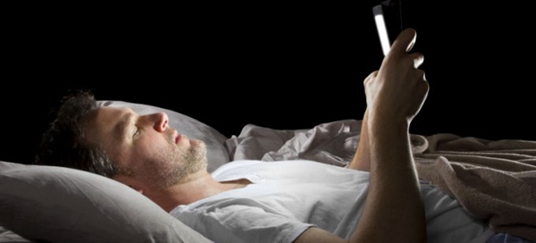 playing-phone-in-bed